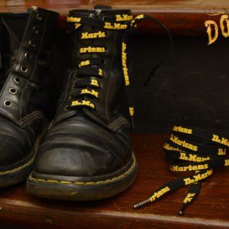 140 cm black yellow logo lace 1460 logo (1024x683)